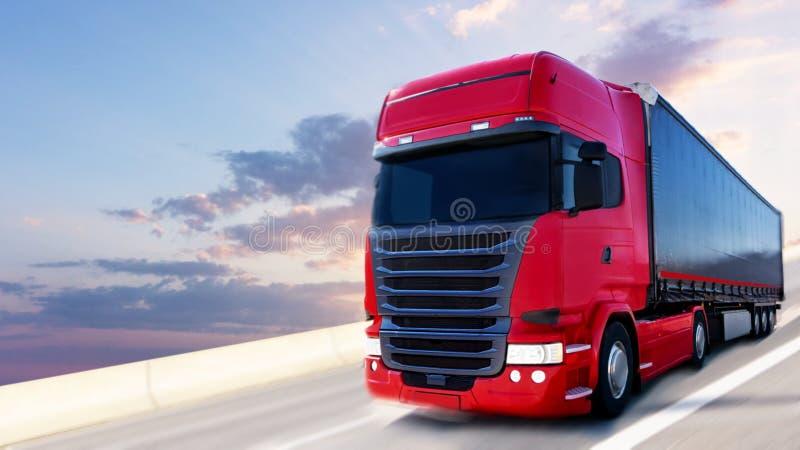 Il camion rosso sulla strada fotografia stock libera da diritti