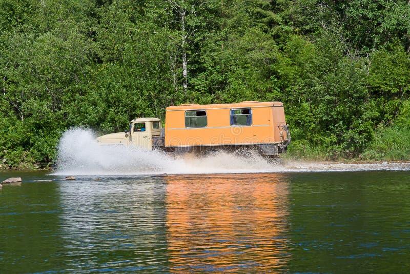 il camion si muove per scolarsi il fiume fotografie stock libere da diritti