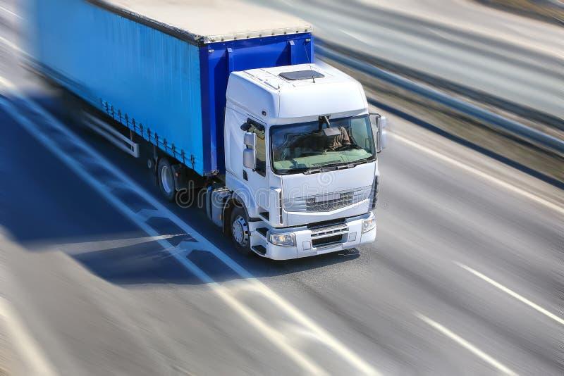 Il camion si muove sulla strada principale immagini stock libere da diritti