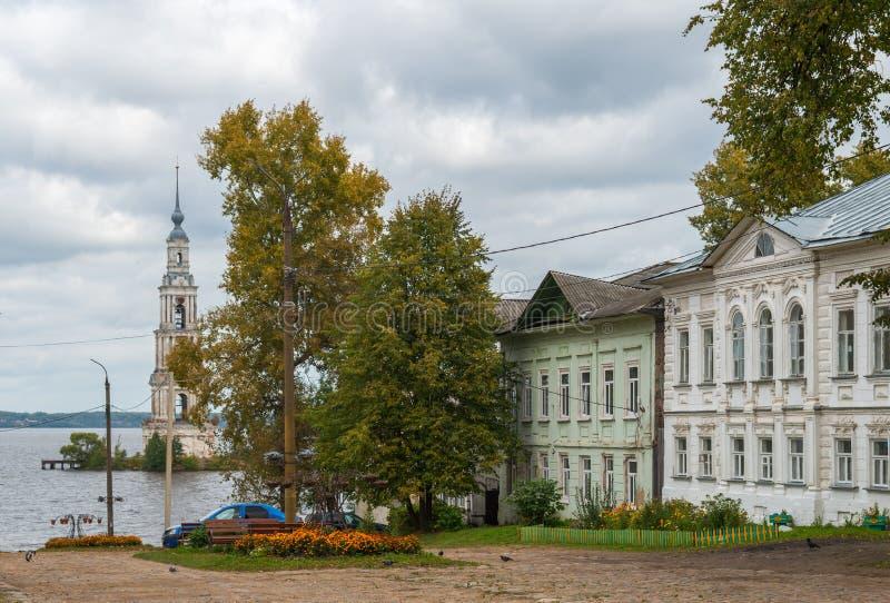 Il campanile di Kalyazin ha sommerso il campanile sopra le acque del bacino idrico di Uglic sul fiume Volga, di fronte a fotografia stock libera da diritti