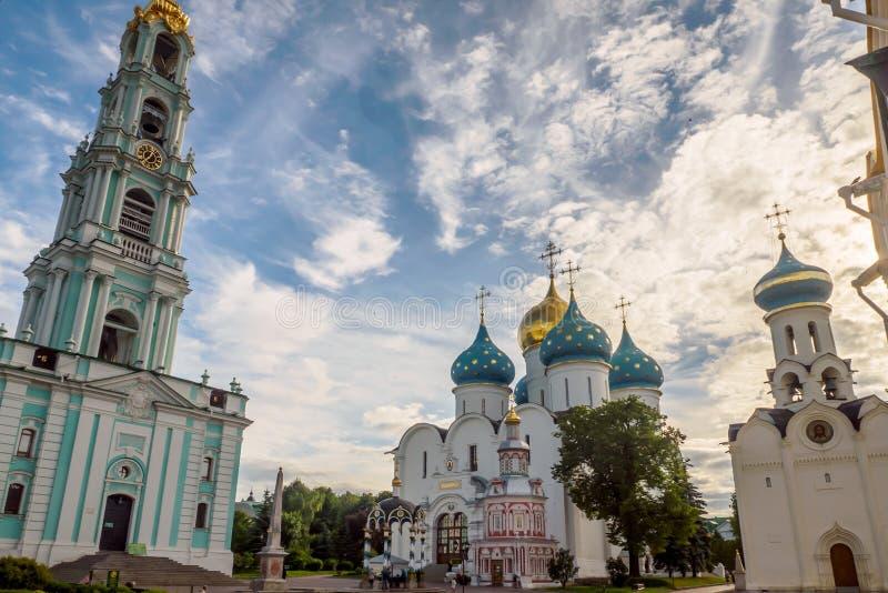 Il campanile e la cattedrale di presupposto della trinità santa Lavra della st Sergius fotografia stock