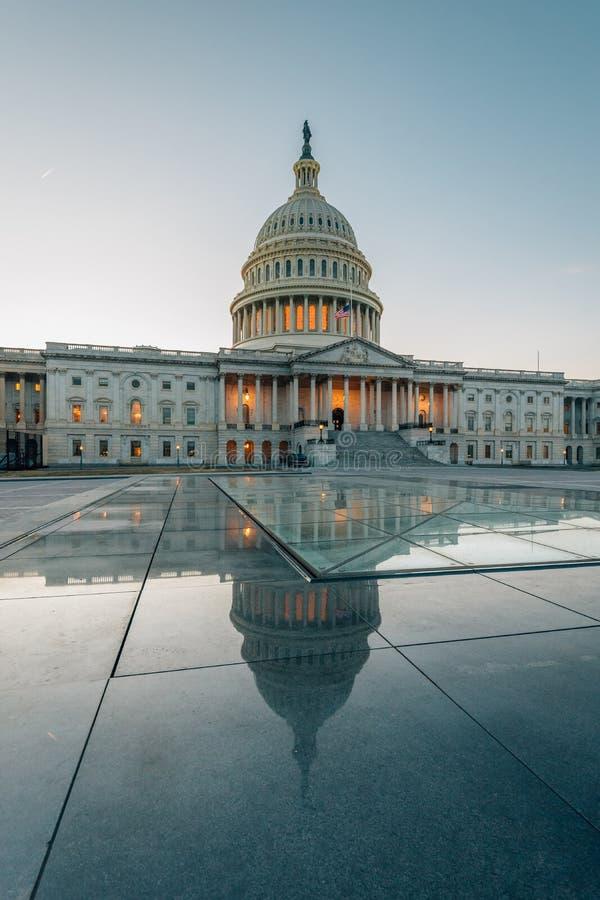 Il Campidoglio degli Stati Uniti che riflette in vetro, in Washington, DC fotografie stock libere da diritti