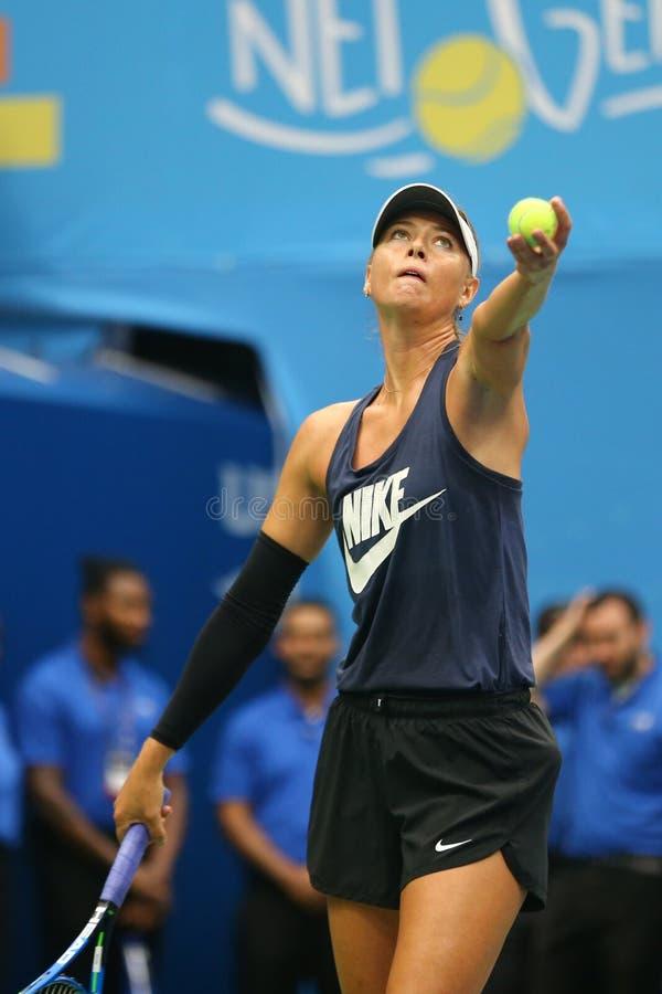 Il campione Maria Sharapova del Grande Slam di cinque volte di Federazione Russa pratica per l'US Open 2017 fotografie stock