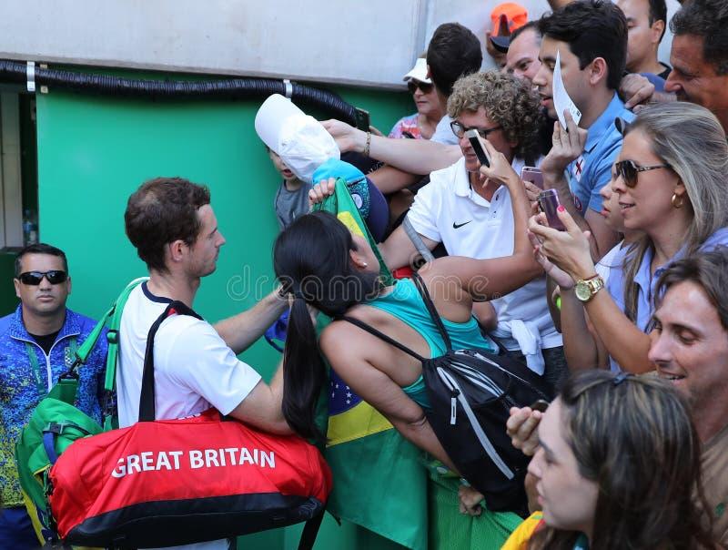 Il campione olimpico Andy Murray della Gran Bretagna firma gli autografi dopo che il ` s degli uomini sceglie il semifinale di Ri fotografie stock