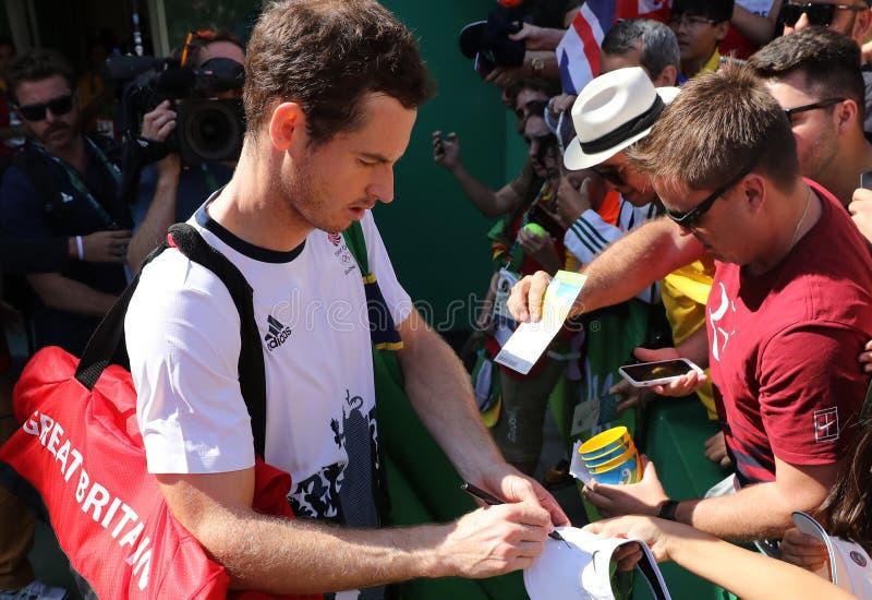 Il campione olimpico Andy Murray della Gran Bretagna firma gli autografi dopo che il ` s degli uomini sceglie il semifinale di Ri immagini stock