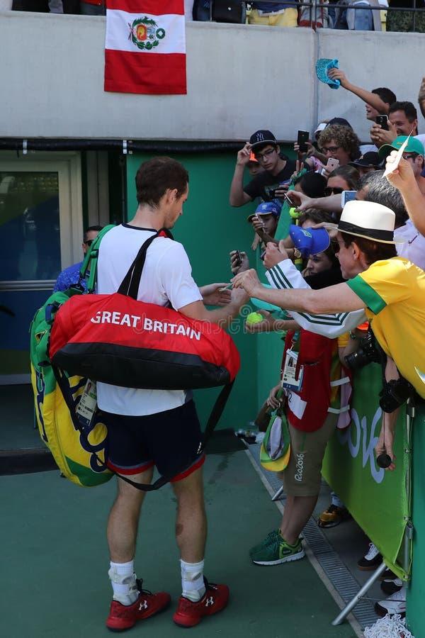Il campione olimpico Andy Murray della Gran Bretagna firma gli autografi dopo che il ` s degli uomini sceglie il semifinale di Ri fotografie stock libere da diritti