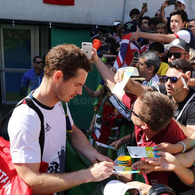 Il campione olimpico Andy Murray della Gran Bretagna firma gli autografi dopo che il ` s degli uomini sceglie il semifinale di Ri fotografia stock libera da diritti