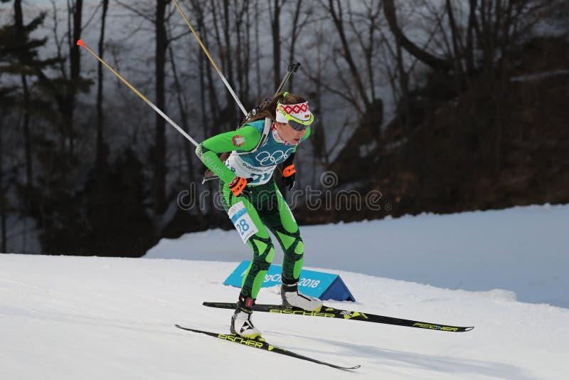 Il campione olimpico Darya Domracheva della Bielorussia fa concorrenza nell'individuo del ` s 15km delle donne di biathlon alle 2 immagini stock