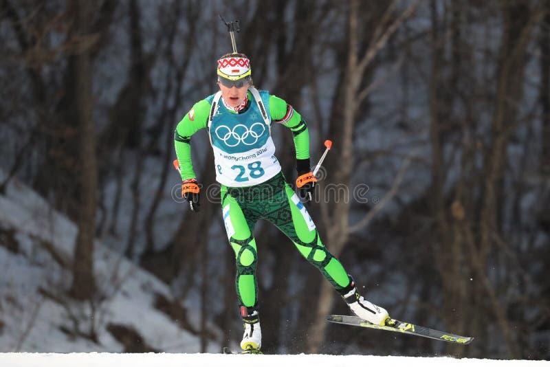 Il campione olimpico Darya Domracheva della Bielorussia fa concorrenza nell'individuo del ` s 15km delle donne di biathlon alle 2 fotografie stock