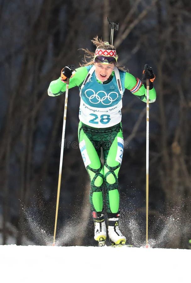 Il campione olimpico Darya Domracheva della Bielorussia fa concorrenza nell'individuo del ` s 15km delle donne di biathlon alle 2 fotografie stock libere da diritti