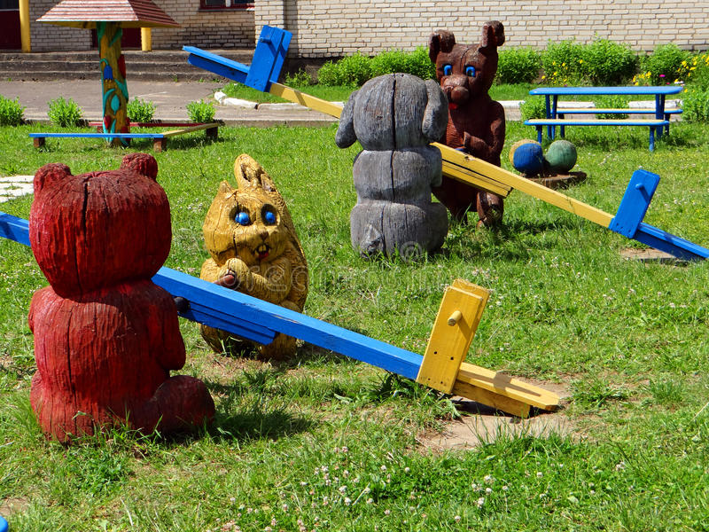 Il campo da gioco per bambini con le oscillazioni di legno immagine stock libera da diritti