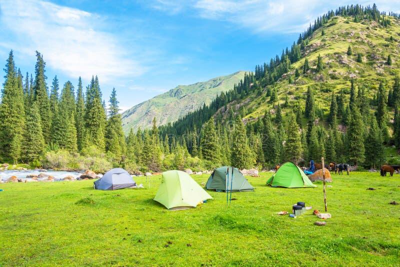 Il campo turistico nelle montagne di Tien Shan, Kirghizistan immagine stock libera da diritti