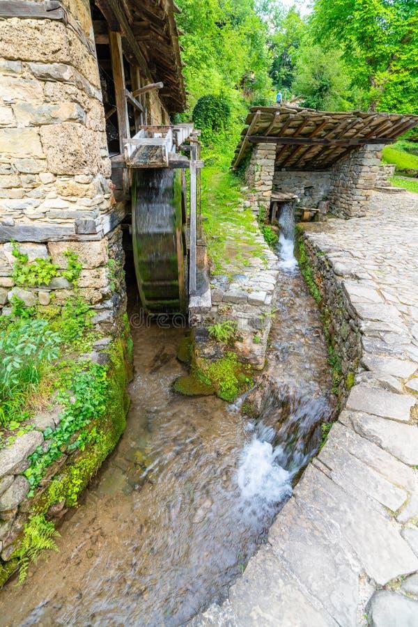 Il canale al mulino a acqua nel ` complesso etnografico di Etera del ` in Bulgaria immagini stock libere da diritti