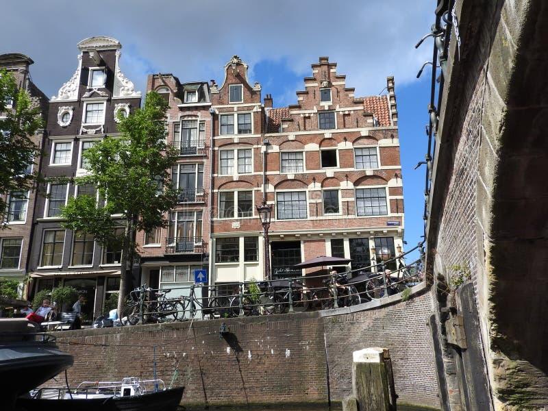 Il canale a Amsterdam Paesi Bassi alloggia paesaggio europeo dell'estate della città del punto di riferimento del fiume di Amstel fotografia stock libera da diritti