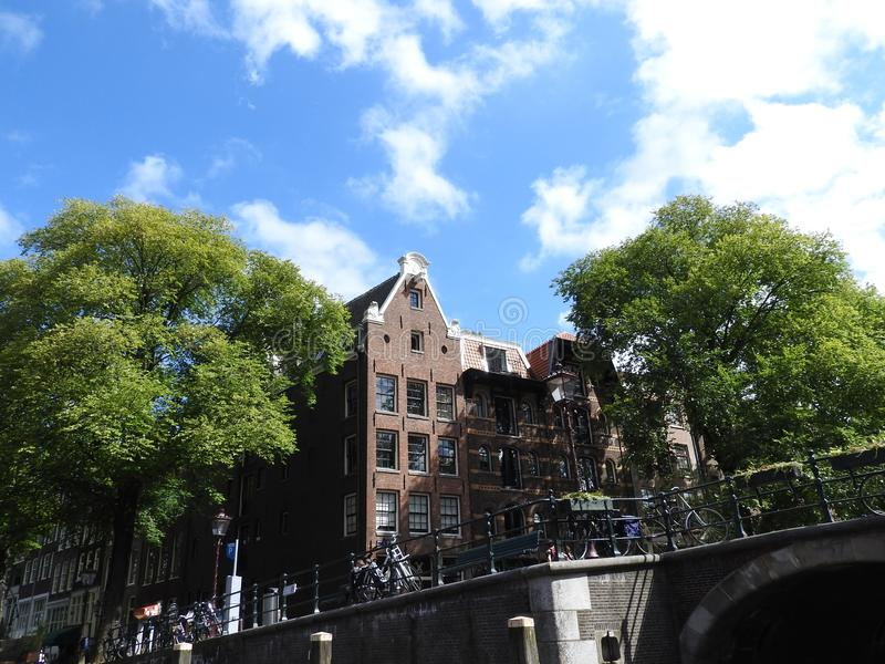 Il canale a Amsterdam Paesi Bassi alloggia paesaggio europeo dell'estate della città del punto di riferimento del fiume di Amstel fotografie stock libere da diritti