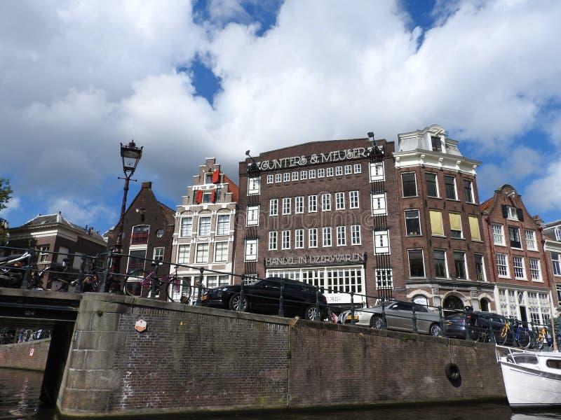 Il canale a Amsterdam Paesi Bassi alloggia paesaggio europeo dell'estate della città del punto di riferimento del fiume di Amstel fotografia stock