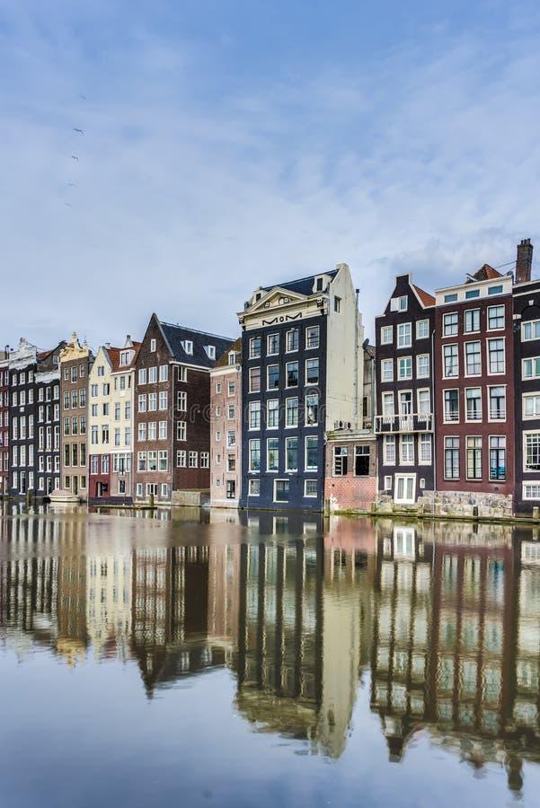 Il canale di Damrak a Amsterdam, Paesi Bassi. fotografia stock libera da diritti