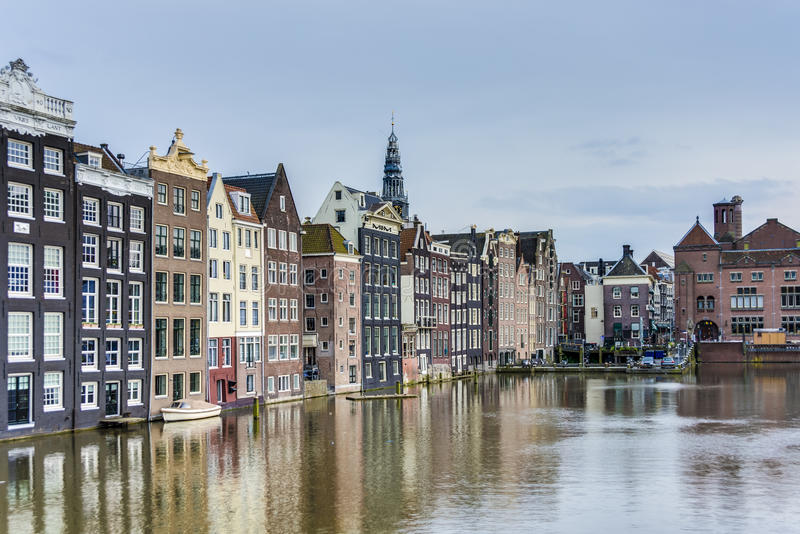 Il canale di Damrak a Amsterdam, Paesi Bassi immagini stock libere da diritti