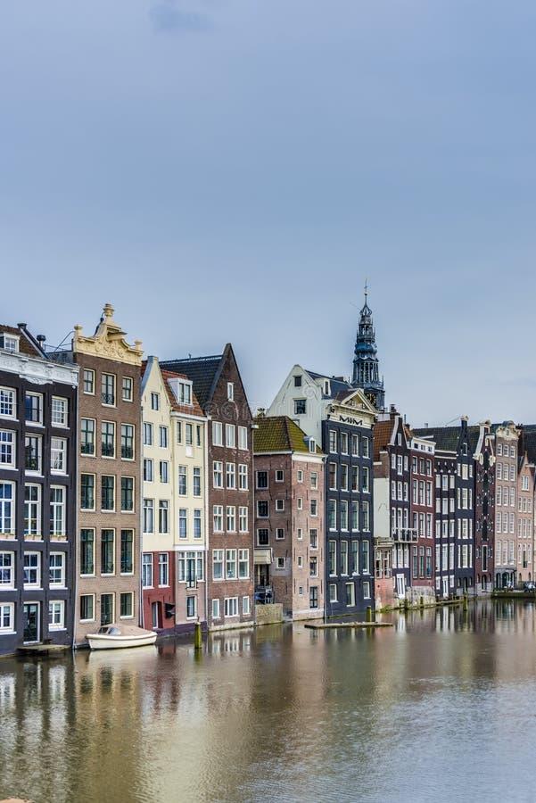 Il canale di Damrak a Amsterdam, Paesi Bassi fotografie stock