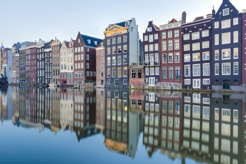 Il canale di Damrak a Amsterdam, Paesi Bassi fotografie stock libere da diritti