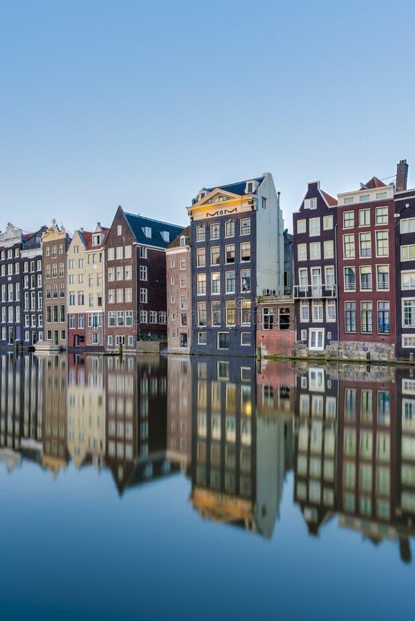 Il canale di Damrak a Amsterdam, Paesi Bassi immagine stock