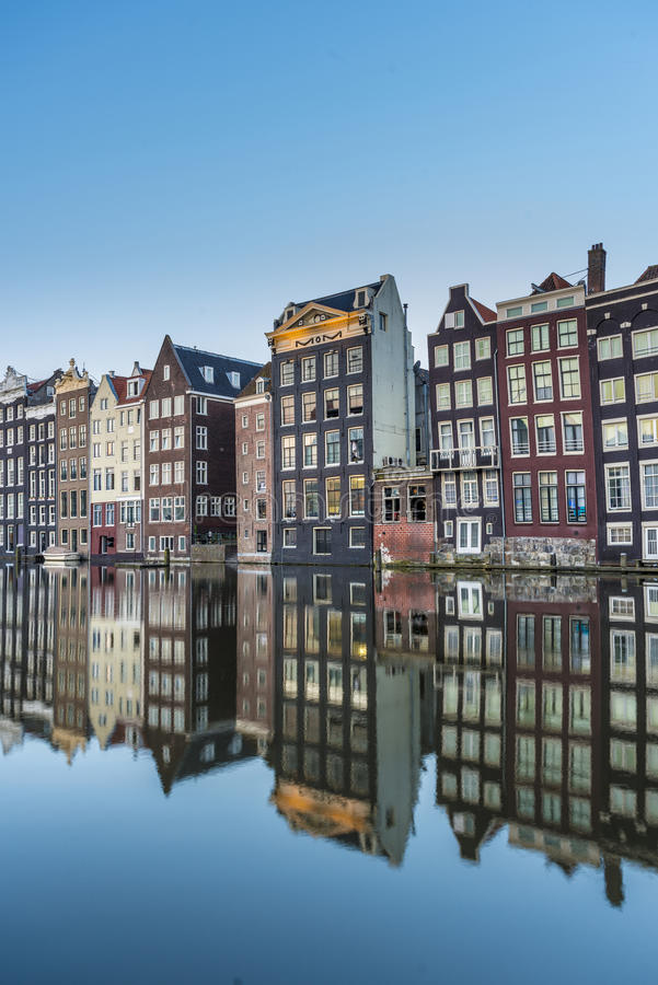 Il canale di Damrak a Amsterdam, Paesi Bassi immagini stock