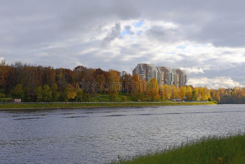 Il canale di Mosca, Chimki Vista di nuovo distretto residenziale sulla riva sinistra immagine stock