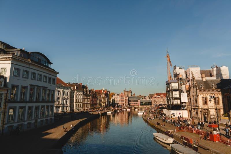 il canale e le costruzioni hanno riflesso in acqua al giorno soleggiato, Gand, Belgio fotografie stock libere da diritti