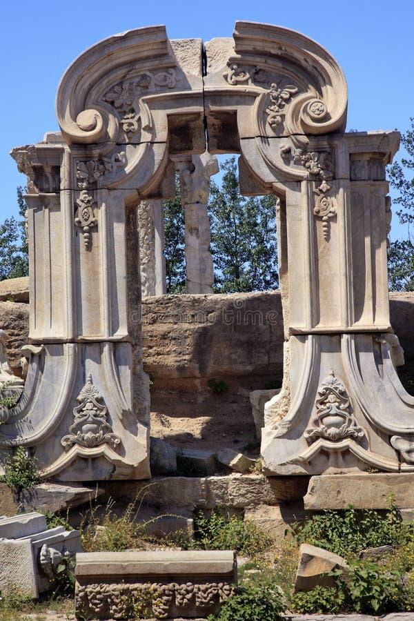 Il cancello antico rovina il vecchio palazzo di estate Pechino fotografie stock