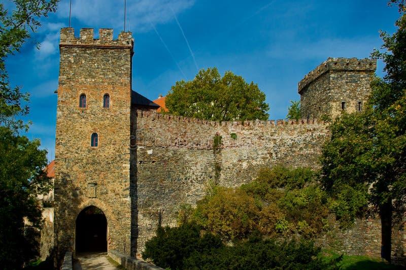 Il cancello dell'entrata al castello Bitov. fotografia stock