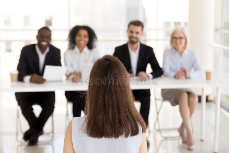 Il candidato di lavoro femminile fa la buona prima impressione sui responsabili di ora fotografia stock