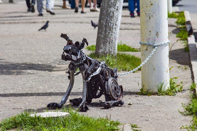 Il cane è fatto di un'immondizia del metallo fotografie stock libere da diritti
