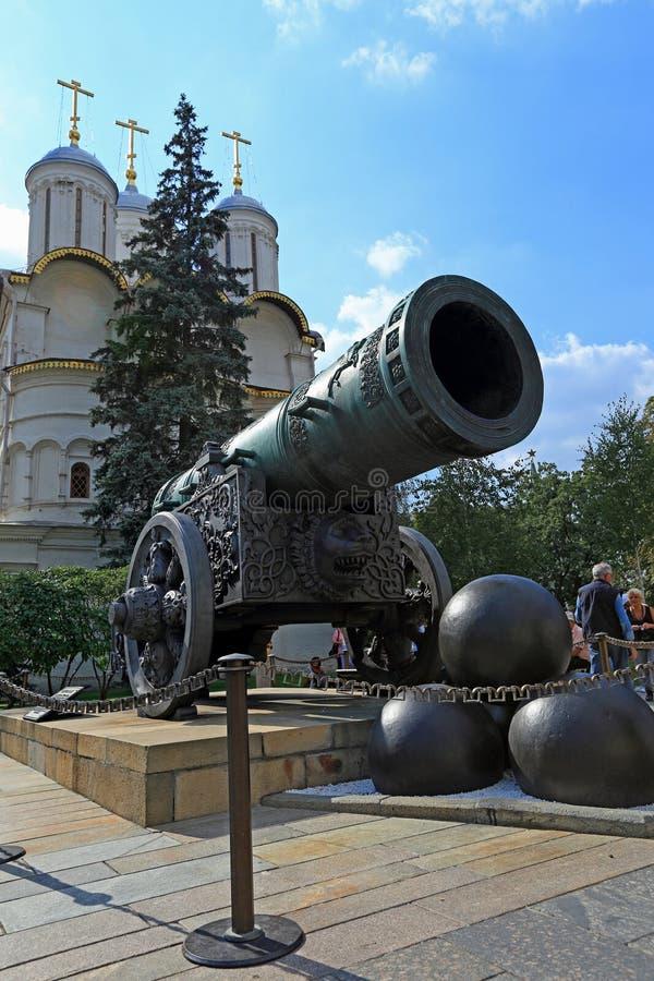 Il cannone famoso dello zar un giorno di estate nel Cremlino di Mosca fotografie stock