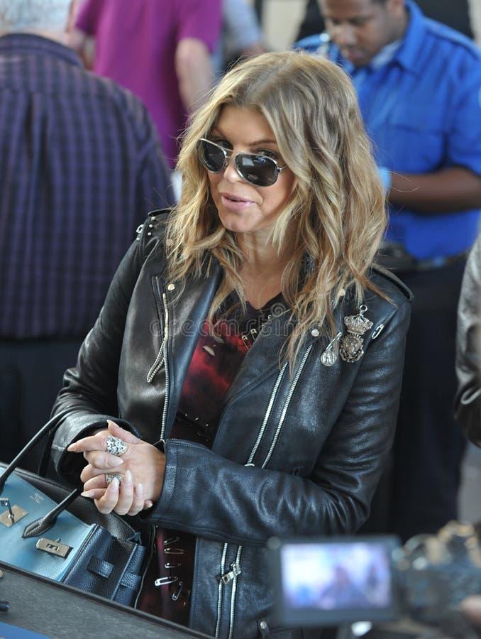 Il cantante Fergie è veduto all'aeroporto di LASSISMO fotografie stock libere da diritti