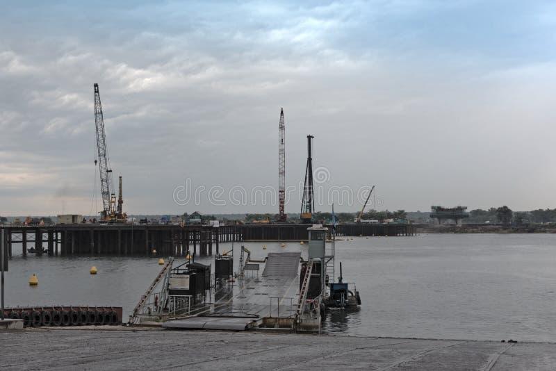 Il cantiere del traghetto e del ponte del pontone di Kazungula sopra lo Zambesi fra il Botswana e lo Zambia immagini stock libere da diritti