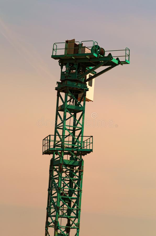 Il cantiere Processo di installazione della gru a torre Contro il cielo, chiuda sulla vista fotografie stock libere da diritti