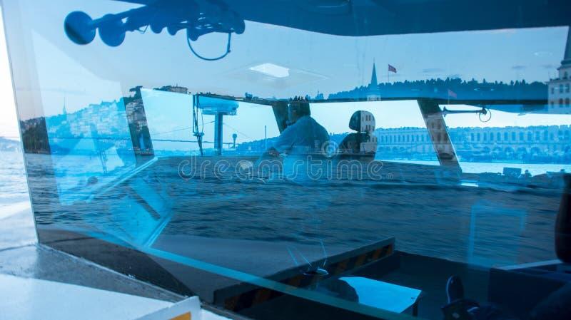 il capitano controlla la barca fotografie stock