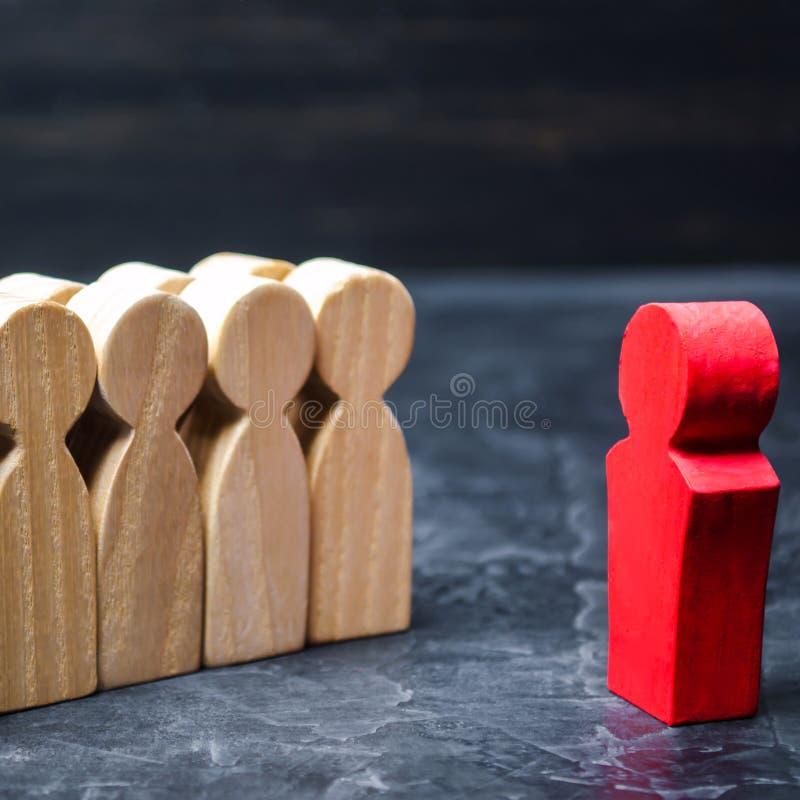 Il capo comunica con il gruppo e d? istruzioni Regolazione di scopo e di pianificazione aziendale teamwork Team Spirit umano fotografia stock