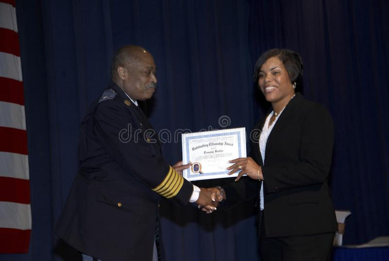 Il capo di polizia dà un premio ad un cittadino immagini stock