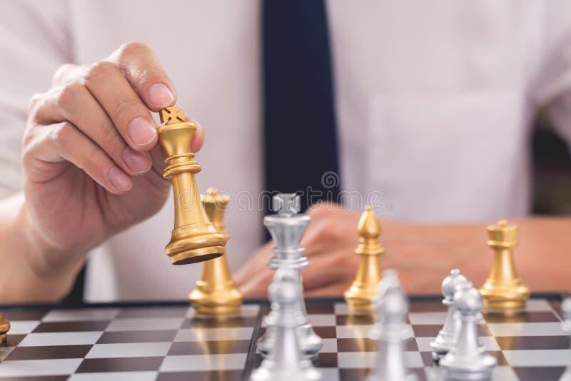 Il capo di vittoria ed il concetto di successo, il gioco dell'uomo di affari prendono per dare scacco matto la figura un altro re fotografia stock libera da diritti