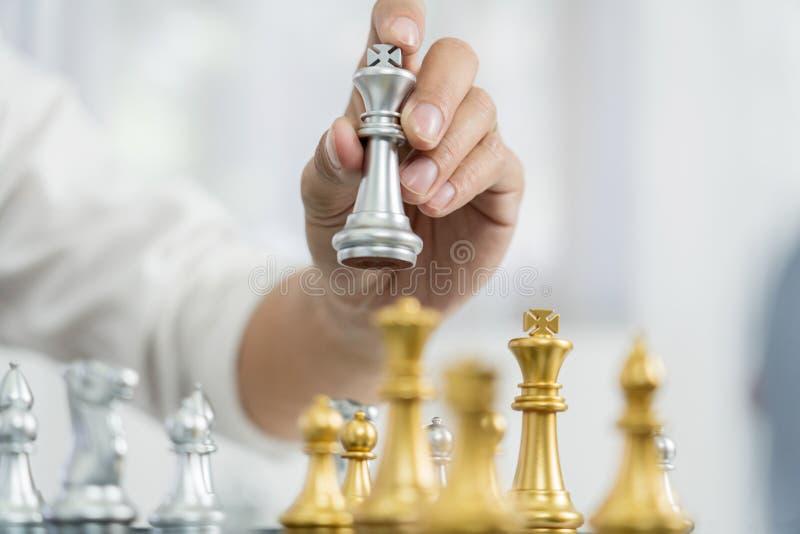 Il capo di vittoria ed il concetto di successo, il gioco dell'uomo di affari prendono per dare scacco matto la figura un altro re immagini stock libere da diritti