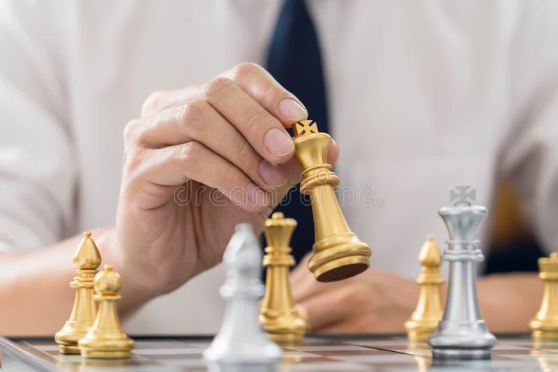 Il capo di vittoria ed il concetto di successo, il gioco dell'uomo di affari prendono per dare scacco matto la figura un altro re immagini stock