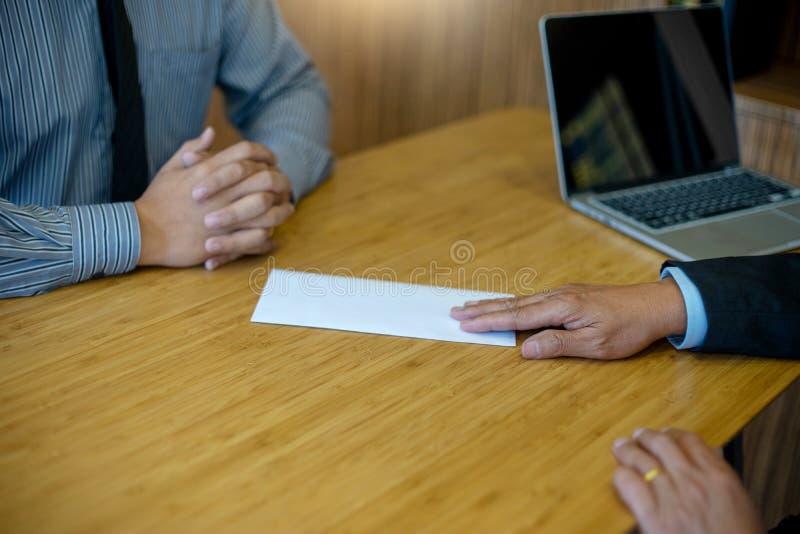 il capo invia il bianco avvolge il lavoro ha infornato la nota fotografia stock libera da diritti