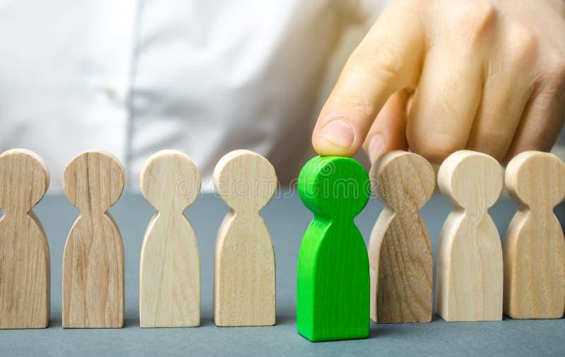 Il capo sceglie la persona nel gruppo Lavoratore di talento Personale di noleggio Ricerca degli impiegati promuova Amministrazion immagini stock libere da diritti