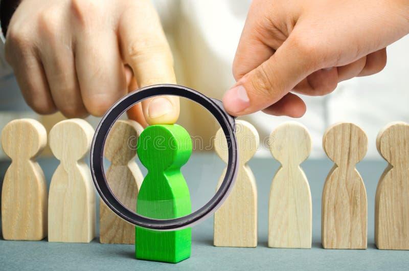 Il capo sceglie la persona nel gruppo Lavoratore di talento Personale di noleggio Ricerca degli impiegati promuova Amministrazion fotografie stock