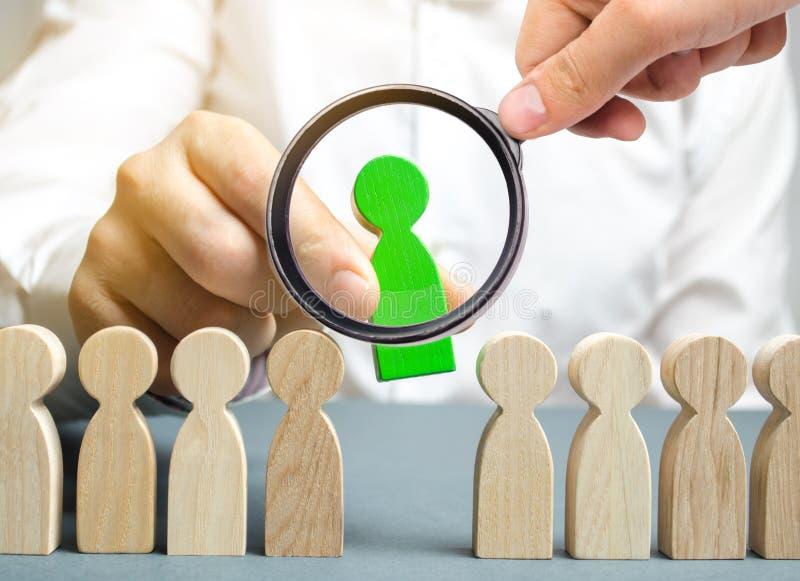 Il capo sceglie la persona nel gruppo Lavoratore di talento Personale di noleggio Ricerca degli impiegati promuova Amministrazion fotografie stock libere da diritti