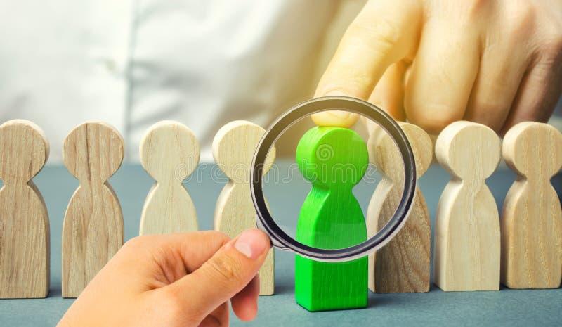 Il capo sceglie la persona nel gruppo Lavoratore di talento Personale di noleggio Ricerca degli impiegati promuova Amministrazion immagine stock