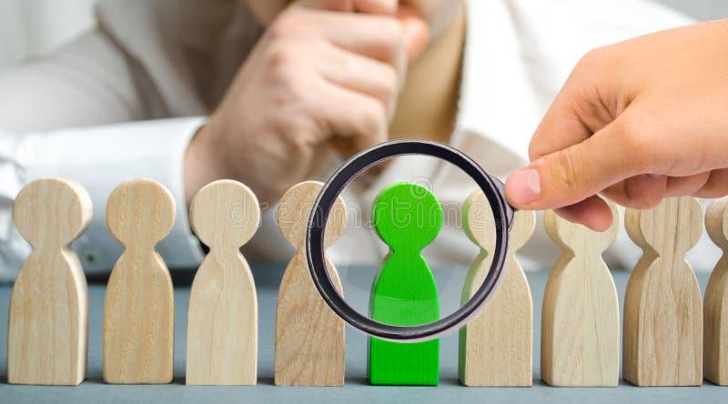 Il capo sceglie la persona nel gruppo Lavoratore di talento Personale di noleggio Ricerca degli impiegati promuova Amministrazion immagine stock libera da diritti
