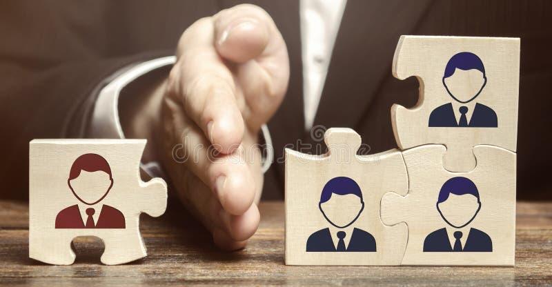 Il capo separa il puzzle con l'immagine dell'impiegato Il concetto della direzione del personale nella societ? Allontanamento fotografia stock