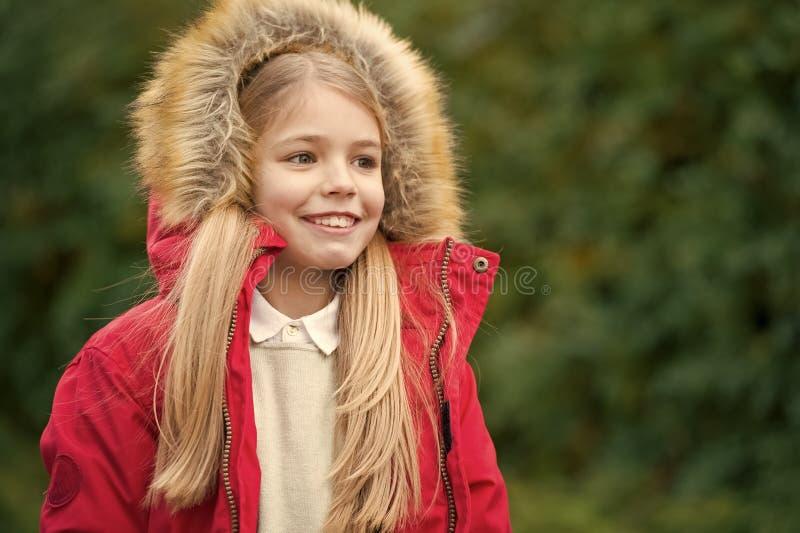 Il capo simile a pelliccia di usura della ragazza gode del parco naturale di caduta Pellame sopra il cappuccio accogliente o il c fotografie stock